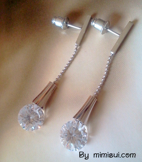Simple Sty;ish Crystal Earring - MYR 19.00