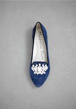 平底鞋上的華麗裝飾, 不但讓妳更時髦,更可因加重下半身的視覺重量而修飾腿部的線條. 鞋尖上的華麗符號