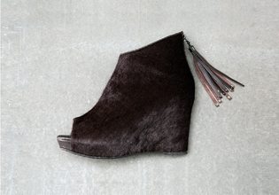 秋冬的短靴可以時髦也很舒適, 馬毛質地最顯高貴. 今年的楔型跟和粗跟款讓女孩們舒適的美麗一整天! 時髦的舒適