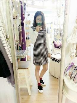 正式感的小立領洋裝搭上可愛的低筒襪以及韓國綁帶布鞋,營造出韓妞喜愛的甜美可愛兼具舒適穿搭