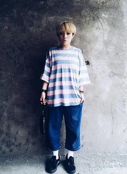 女孩休閒風穿搭,粉色條紋大學T,休閒牛仔寬褲,puma厚底鞋