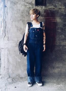 其實穿這種丹寧寬版牛仔吊帶褲很久了! 很適合女生穿,可以穿出男孩風格,俏皮可愛。