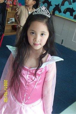 小時候萬聖節是扮成小公主,長大看覺得當年扮的應該是娜娜吧!哈哈哈