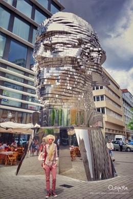 當雕塑家碰上文學家的藝術 翻閱圖像的暸解而當親眼見到原作時感嘆👏🏻 David Cerny的作品Franz Kafka 法蘭茲·卡夫卡 出生在布拉格是20世紀作家中最具影響力的一位 而黑大衛David Cerny則是備受爭議又極富趣味的在地雕塑家 影片:https://instagram.com/p/BIofJ4gAtvs/
