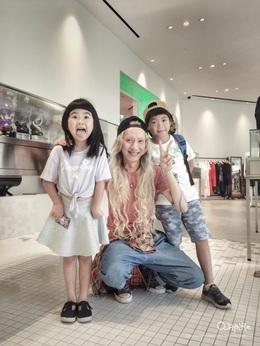 曹爸爸跟速琳媽咪的寶貝Grace姐姐&Joy哥哥可愛帥氣到爆點耶,而且姐姐長高了耶完全遺傳到媽咪的辣腿😍