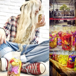 [Heather Grey Wall Taipei Grand Opening] 當日開幕由日本花藝大師 東信 採買創作的花藝伴手禮🌸 著名的創作手藝將花材置入容器,聽說奧妙之處就是看著它腐爛,感受輪迴的奧秘。 創作之大型花藝作品也首次在台公開👏🏻