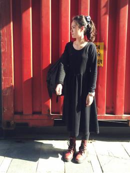 最近愛上黑色洋裝,穿著真皮紅靴到處趴趴走。